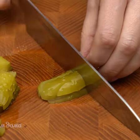 4 небольших соленых огурца тоже нарезаем брусочками. По желанию вместо соленого огурца можно добавить свежий.