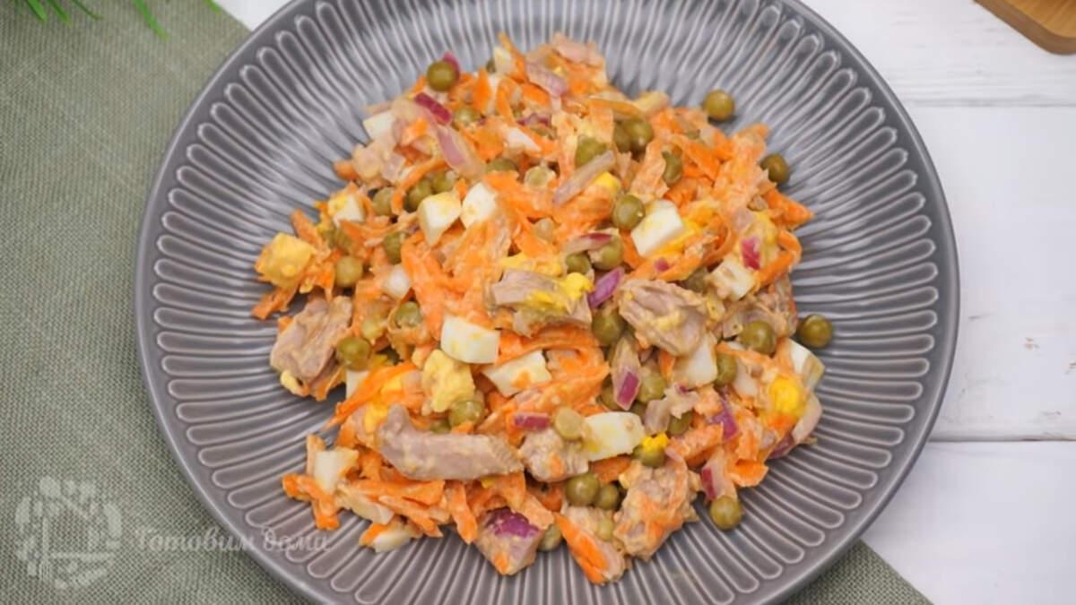 Салат с тунцом, морковью и зеленым горошком получился очень вкусным и свежим за счет морковки. Готовится такой салат очень быстро и просто. Он отлично подходит как на каждый день, так и на Праздничный стол.