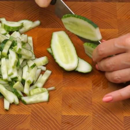 Пока маринуется лук подготовим остальные ингредиенты. 4 средних огурца нарезаем сначала пластинками,