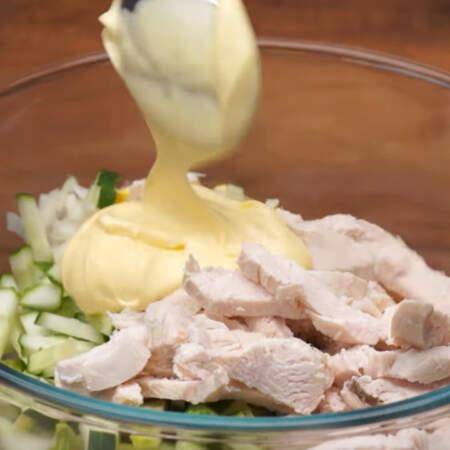 В миску кладем нарезанные огурцы, маринованный лук, предварительно слив с него маринад, яйца, и нарезанную куриную грудку. Салат немного солим и заправляем 2 ст.л. майонеза.
