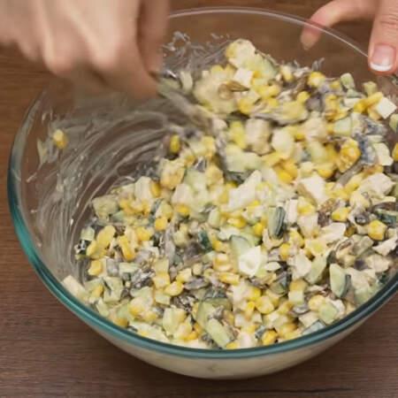 и хорошо перемешиваем. По желанию, салат можно еще немного посолить.