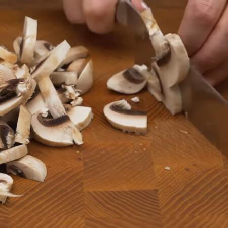 Сначала подготовим грибы для салата. 250 г шампиньонов разрезаем пополам и нарезаем пластинками.