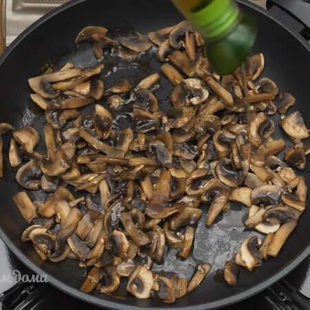 На сухую разогретую сковороду кладем нарезанные грибы. Обжариваем их на самом большом огне, пока не испарится вся жидкость. Жидкость испарилась, наливаем на сковороду немного растительного масла.