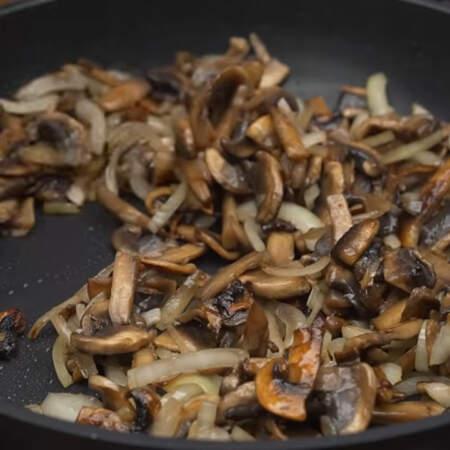Сюда же кладем подготовленный лук. Обжариваем грибы с луком на среднем огне до готовности лука.