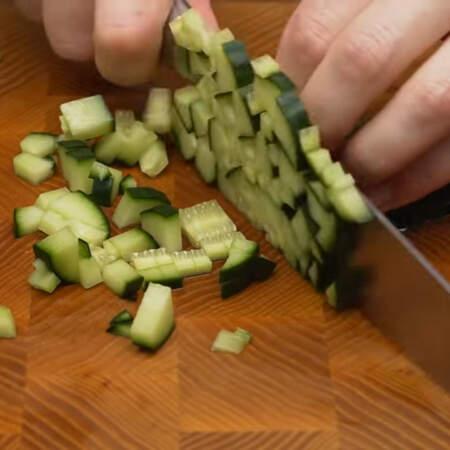 1 большой огурец сначала нарезаем на пластинки, а затем режем кубиками. 2 вареных яйца нарезаем кубиками.