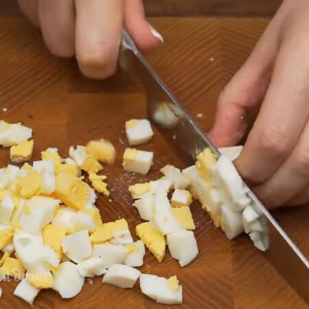 Пока остывают грибы подготовим остальные ингредиенты. 2 вареных яйца нарезаем кубиками.
