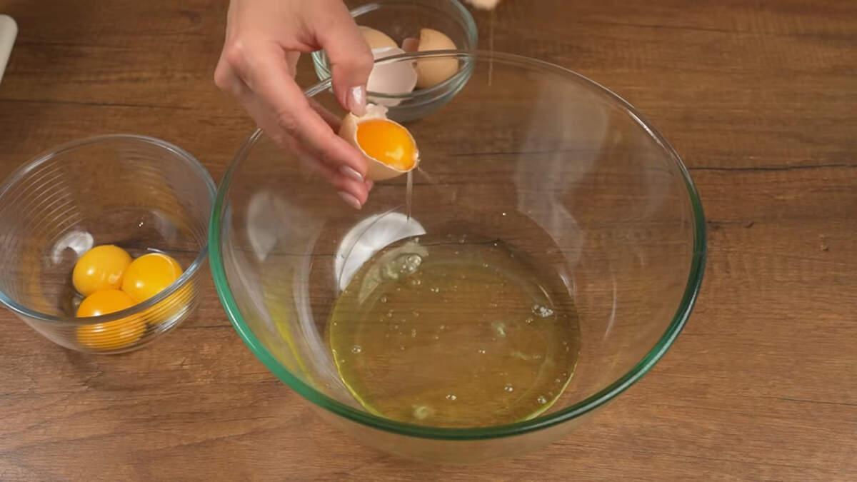 Сначала приготовим бисквит. 4 яйца разделяем белок и желток.