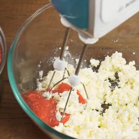 В отдельную миску кладем 250 г сыра маскарпоне. Начинаем взбивать и по 1 ст.л. добавляем клубничный кисель.