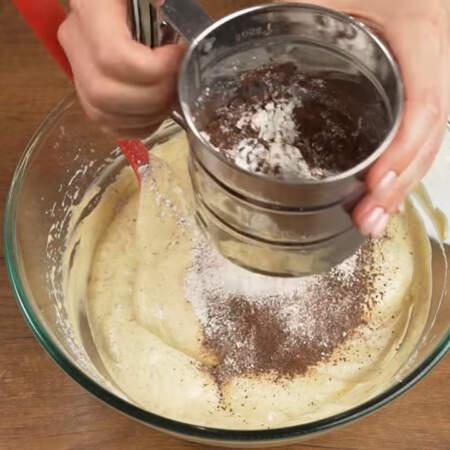 Сыпучие ингредиенты просеиваем в миску со взбитыми яйцами в 2-3 подхода.
