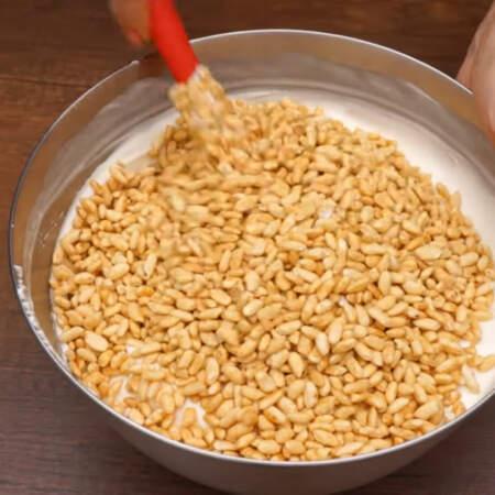В готовую творожно сливочную массу насыпаем 3 ст. воздушного риса в карамели, по весу это 240 г.