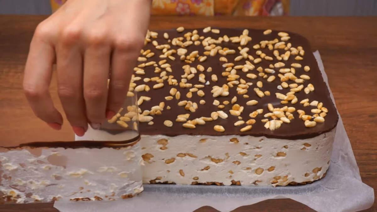 Готовый торт ставим еще раз в холодильник, чтоб застыл верхний шоколадный слой. Застывший торт вынимаем из формы, снимаем ацетатную пленку, пергаментную бумагу и переставляем на блюдо. Торт готов можно подавать на стол.