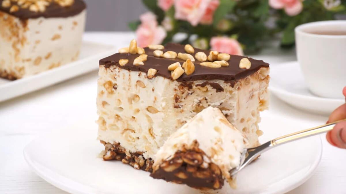 Торт без выпечки получился очень вкусным и нежным. В нем отлично сочетается воздушный сливочный слой с шоколадом и карамелизированным воздушным рисом.
