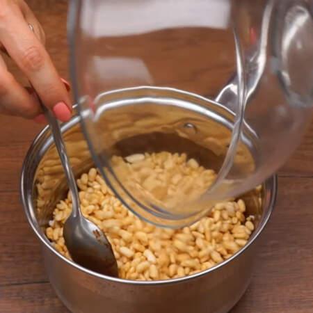 В растопленную шоколадную смесь насыпаем 2 стакана воздушного риса в карамели, по весу это 160 г.