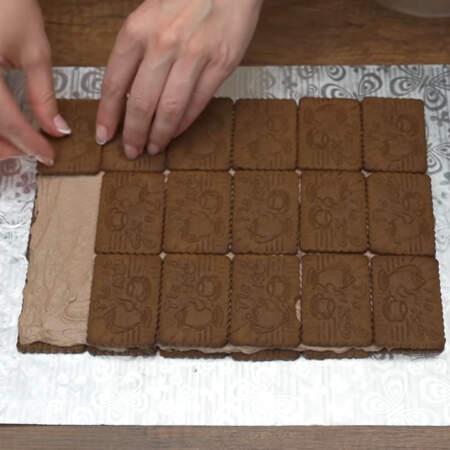 На слой крема опять кладем печенье, точно также, как выкладывали первый раз. По 6 печений в три ряда.