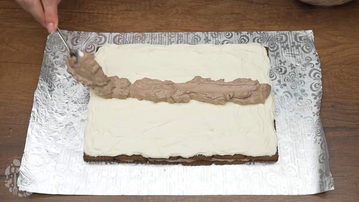Вдоль, по середине аккуратно выкладываем оставшийся шоколадный крем.