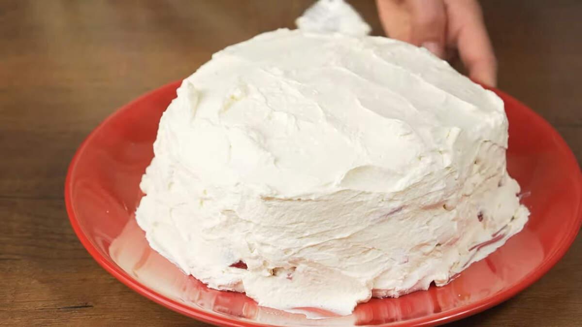 Оставшимися сливками обмазываем торт сверху и по бокам.