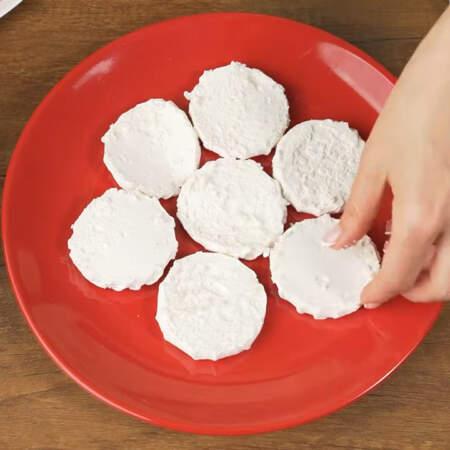 На дно блюда выкладываем кружочки зефира в один слой.