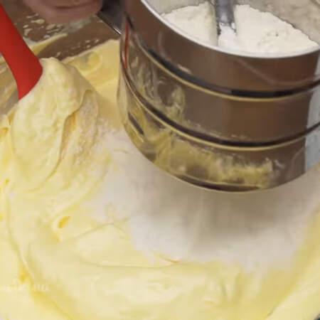 Во взбитые яйца добавляем в три подхода муку, обязательно просеивая ее через сито. Тесто аккуратно перемешиваем лопаткой.