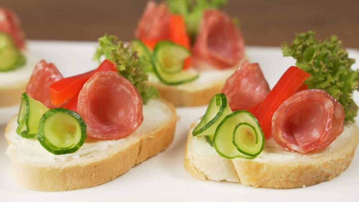 Бутерброды получились яркими и вкусными, как раз для праздничного стола.