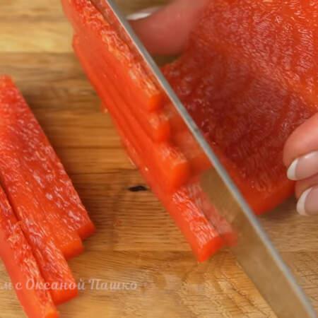 Перец нарезаем тонкими полосками