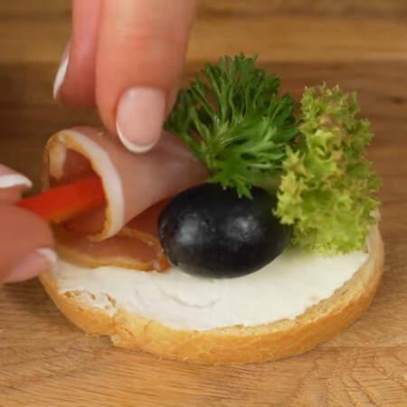 В цветок из балыка вставляем кусочек перца. Таким методом складываем все бутерброды.