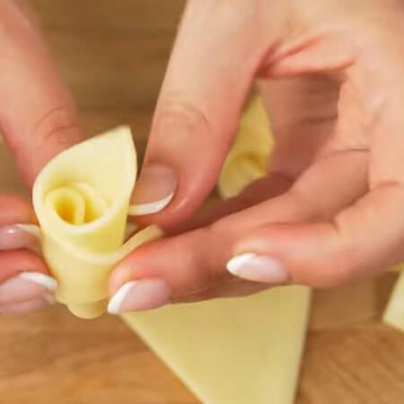 Сыр должен хорошо гнутся и не ломатся. Я взяла сыр Гауда.