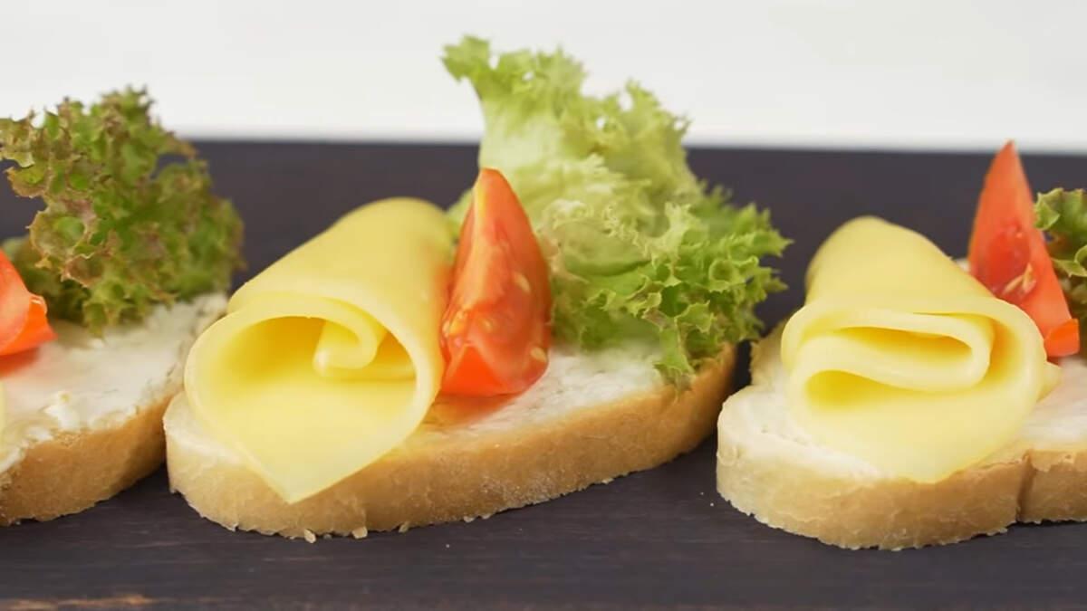 Бутерброды с сыром получились очень вкусными и сытными. Приготовить их сможет каждый.