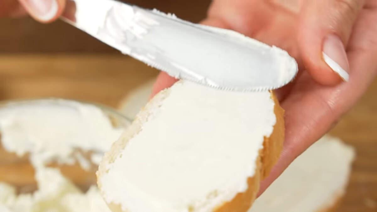Складываем бутерброд. Берем ломтики батона и намазываем их сливочным сыром.