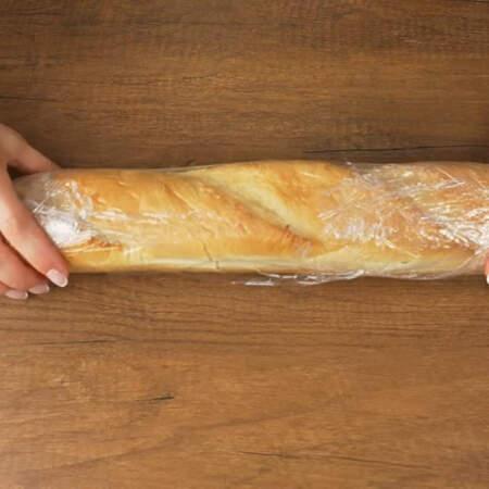 Начиненный багет заматываем в пищевую пленку и кладем в холодильник застывать.