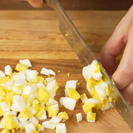 2 вареных яйца нарезаем небольшими кубиками.