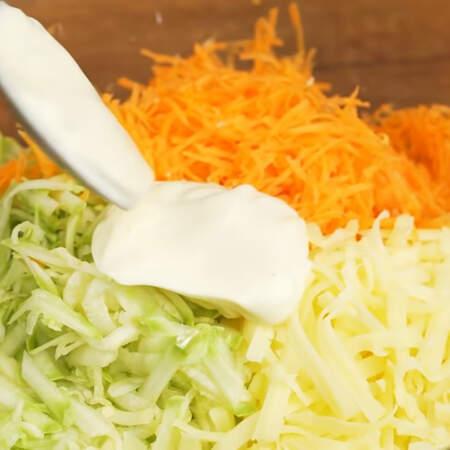 В миску кладем тертые кабачки, морковь и сыр. Сюда же добавляем 1-2 ст.л. майонеза и хорошо перемешиваем.