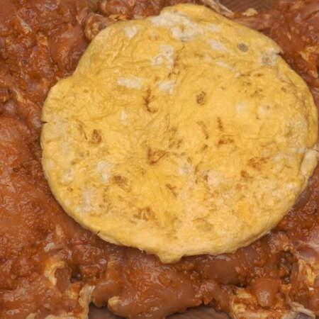 Готовый омлет кладем на маринованную курицу.
