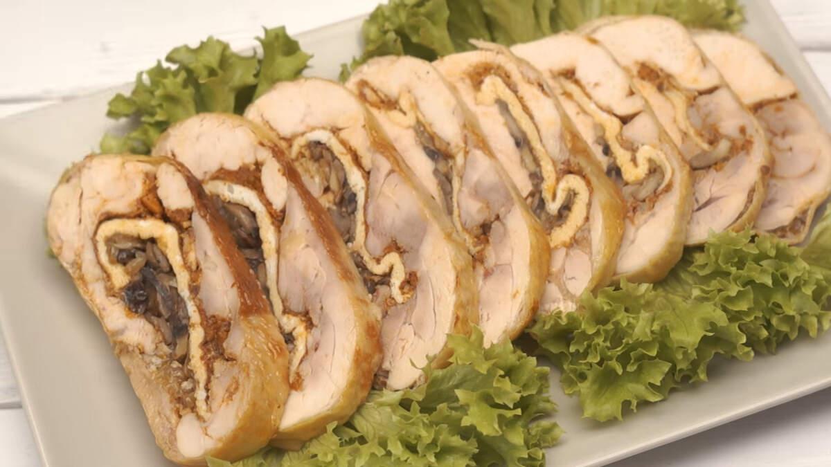 Готовый куриный рулет нарезаем на порционные куски и подаем на стол. Царский куриный рулет получился мягким, ароматным и очень вкусным. Это отличное блюдо для праздничного стола. Его можно также приготовить впрок и заморозить.