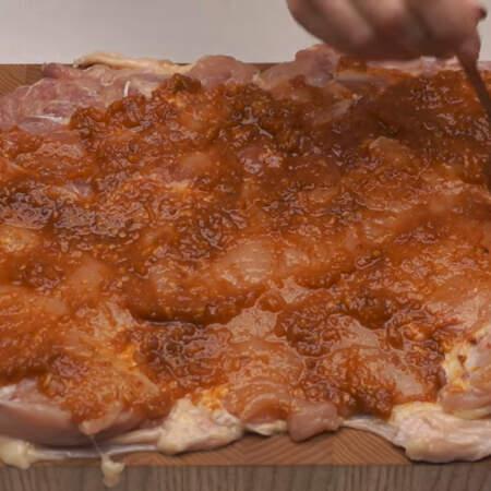 Подготовленное мясо сверху равномерно смазываем маринадом.
