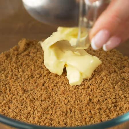 Получившуюся крошку пересыпаем в миску и добавляем 30 г мягкого, но не растопленного сливочного масла.