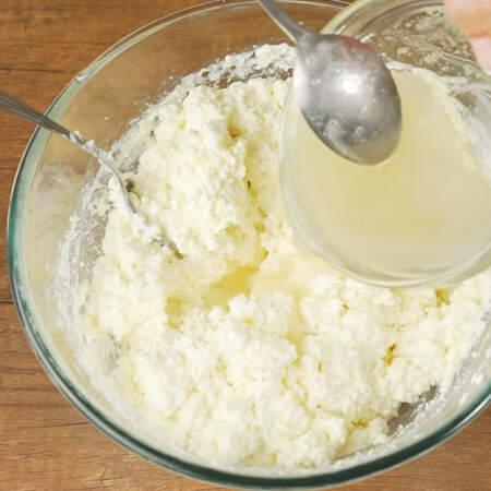 Нагретый желатин выливаем в творожную смесь в 3 подхода.