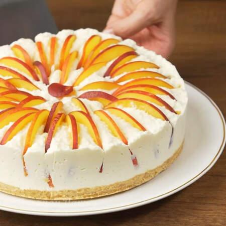 Снимаем форму и переставляем торт на блюдо.