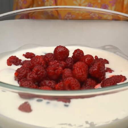Остальные ягоды высыпаем в сметанное желе