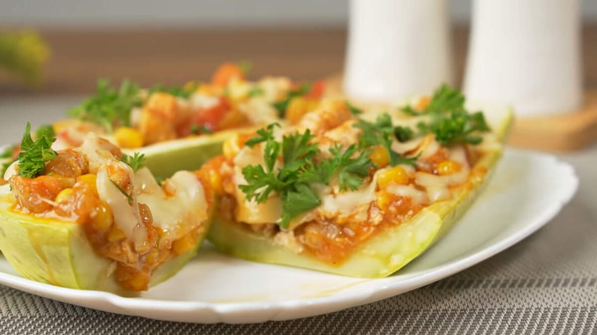 Кабачки по мексикански получились нежными с сытной и вкусной пикантной начинкой. Готовятся они несложно и продукты доступные. Приготовьте такие кабачки, разнообразьте свое меню.