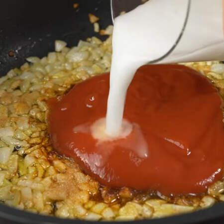 Вливаем эту смесь в сковороду.  Все перемешиваем.