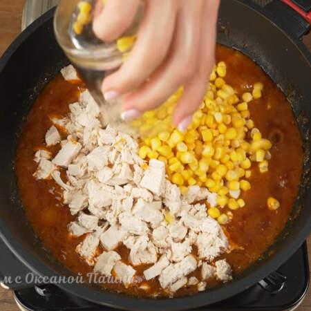 Спустя 4 минуты в эту смесь добавляем нарезанное мясо и насыпаем 150 г кукурузы, это примерно 1 стакан.