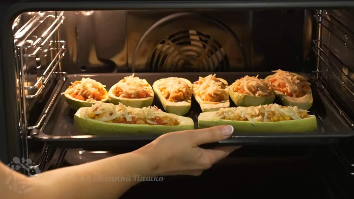 Кабачки ставим в духовку разогретую до 180 градусов. Запекаем приблизительно 5-10 минут.