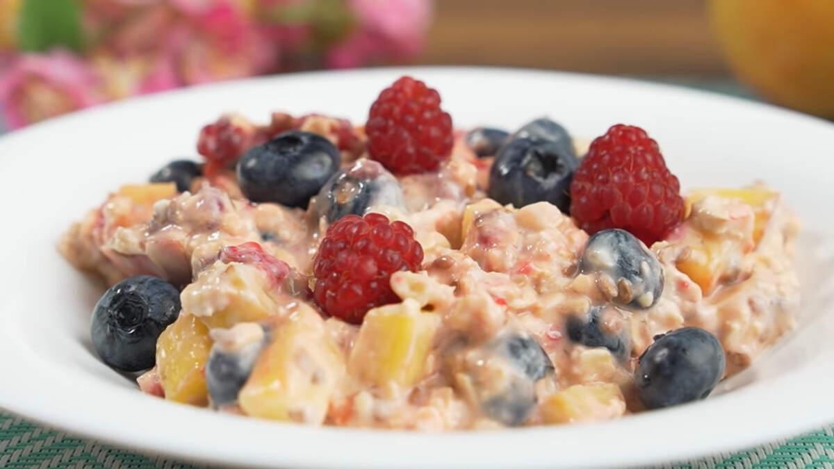 Утром не нужно готовить завтрак, так как он уже полностью готов. Кладем его на тарелку и наслаждаемся. Завтрак получился очень вкусным, питательным и нежирным. Готовится очень легко и просто. Это прекрасный способ использовать домашнее варенье или джем, а также замороженные фрукты и ягоды. Завтрак настолько универсальный, что его очень легко можно подстроить под свой вкус. Обязательно его приготовьте.