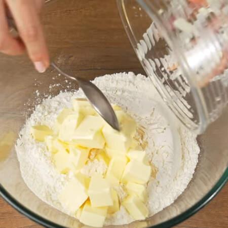 Сначала приготовим тесто. В миску насыпаем 400 г муки, кладем 250 г холодного сливочного масла нарезанного небольшими кубиками.