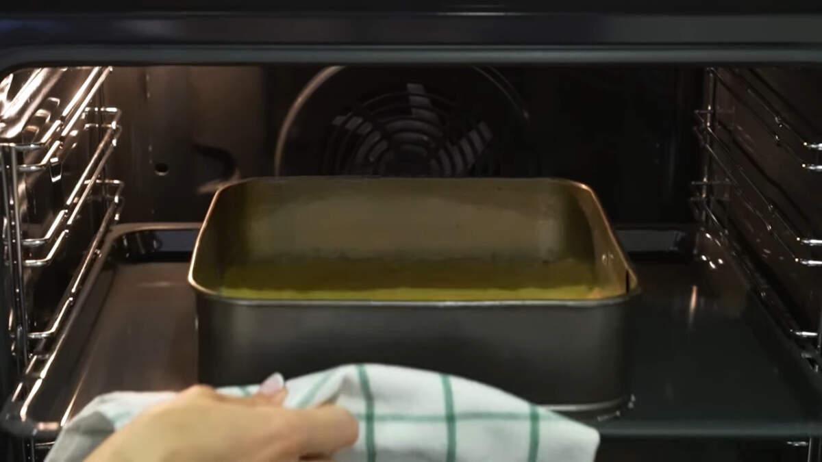 Подготовленную основу пирога ставим в духовку разогретую до 180 градусов. режим вверх+низ. Запекаем примерно 10-15 минут.