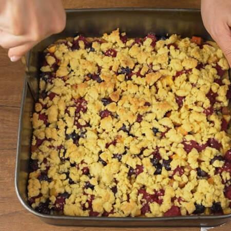 Испеченный пирог достаем из духовки и даем ему полностью остыть. У остывшего пирога отсоединяем края от формы с помощью ножа. Вынимаем его из формы и аккуратно переставляем на блюдо.