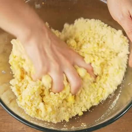 Все перемешиваем сначала ложкой, а затем руками. Перемешиваем тесто нужно быстро и недолго.