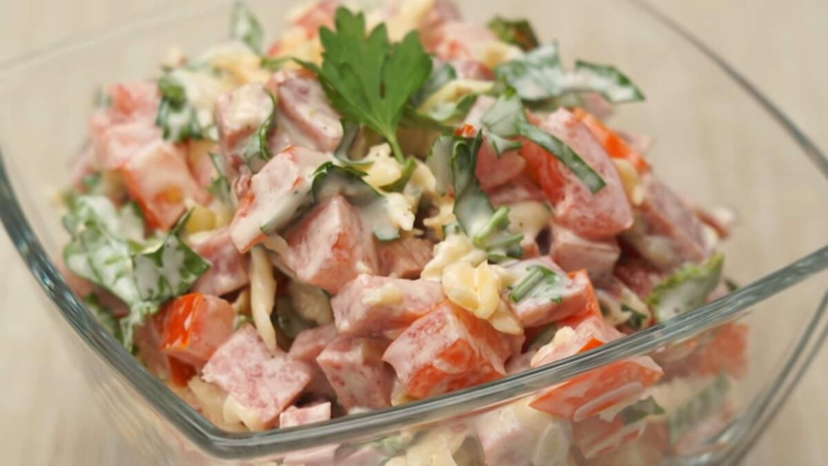 Салат получился очень вкусным, сытным и по-летнему свежим за счет помидоров.Обязательно его приготовьте, готовится он очень легко, а на столе смотрится очень аппетитно.