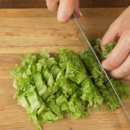 Сначала подготовим все ингредиенты. Пучок листьев салата нарезаем ножом на более мелкие кусочки.