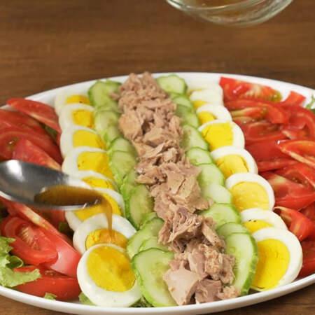 Приготовленным соусом поливаем салат.